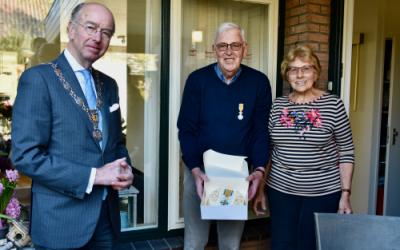 Penningmeester Piet Groen Koninklijk onderscheiden